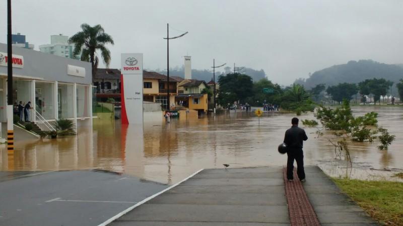 Rio Itajaí-Mirim ultrapassa nível registrado na última semana