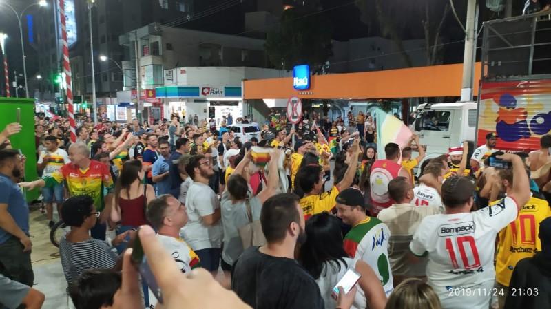 Torcida lota centro da cidade para comemorar o Penta da Copa SC. VEJA VÍDEO!