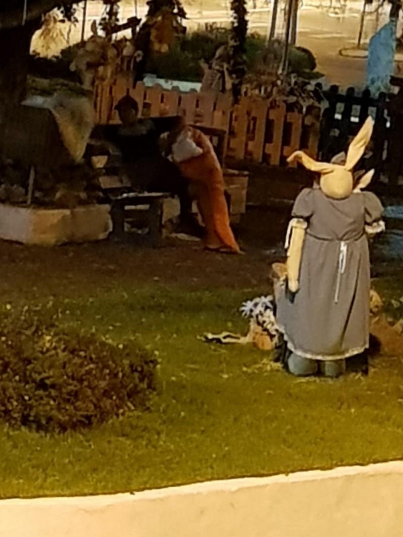 Vândalos depredam decoração de Páscoa na Praça central de Guabiruba