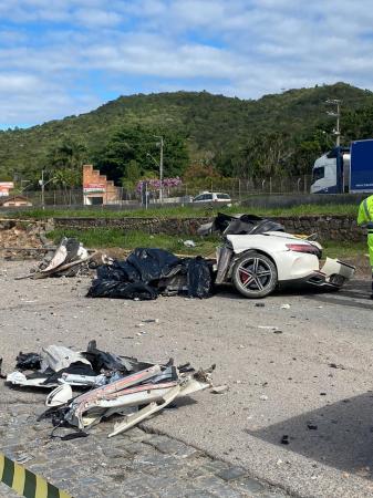Mercedes se parte ao meio em acidente na BR-101 e mata diretor do Grupo Angeloni