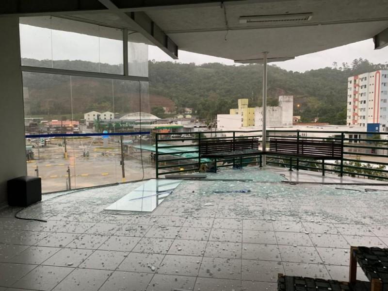 Ventos fortes causam prejuízos na Unifebe
