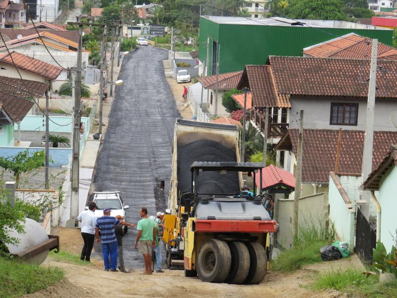 Secretaria de Obras inicia pavimentação do primeiro trecho da rua Augusto Bento de Mello